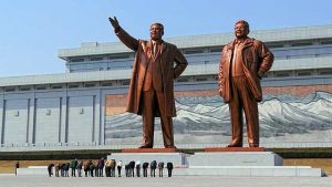 북한 평양의 만수대 언덕에 세워진 독재자 김일성(1912~1994년)과 김정일(1941~2011년)의 음험한 대형 동상