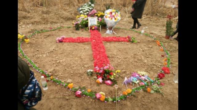 2018년, 신자들이 판쉐옌 주교에게 경의를 표하기 위해 꽃으로 십자가 형상을 만들었다