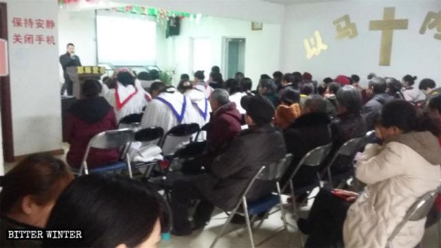 신왕교회(信望教會) 신도들이 모임을 하고 있다