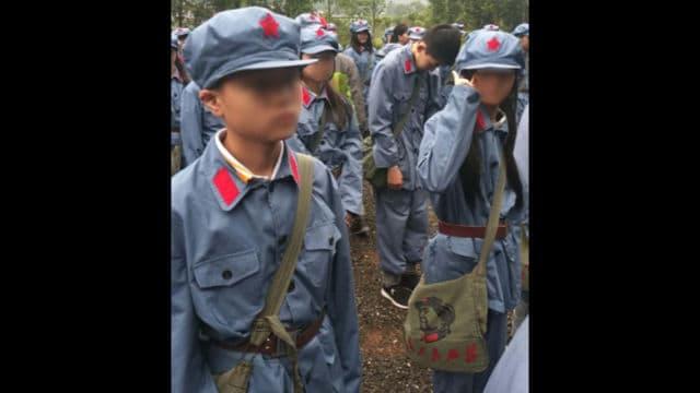 징강산시로의 체험 학습 날, 학생들은 마오쩌둥의 초상화가 프린팅되어 있는 학교 가방을 맸다
